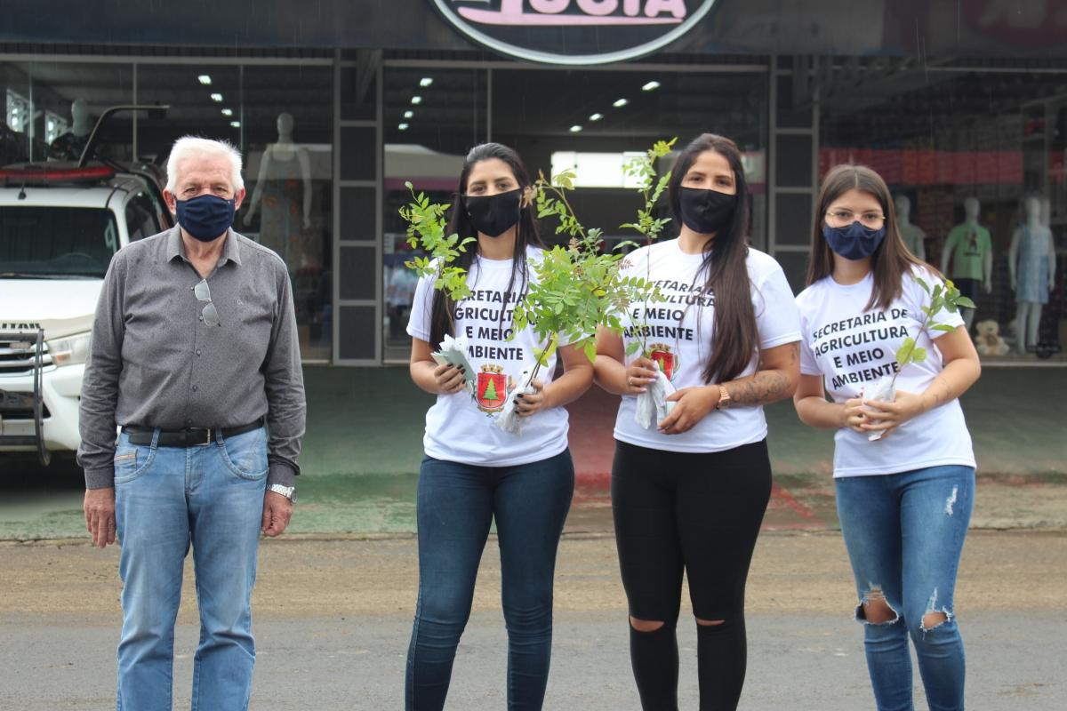 AGRICULTURA DE TRÊS BARRAS REALIZA ENTREGA DE MUDAS DE ÁRVORES NO CENTRO DO MUNICÍPIO E SÃO CRISTÓVÃO