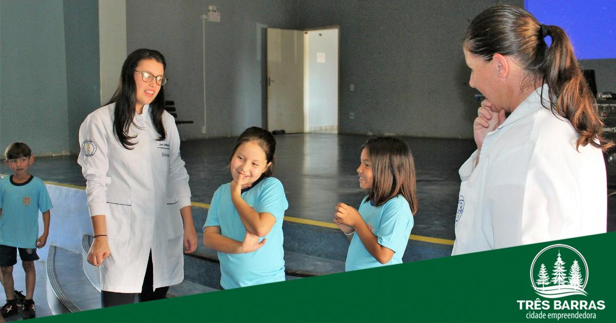 """Alunos participam de ação do projeto """"Flúor na Escola, Criança Feliz"""" no São Cristóvão"""