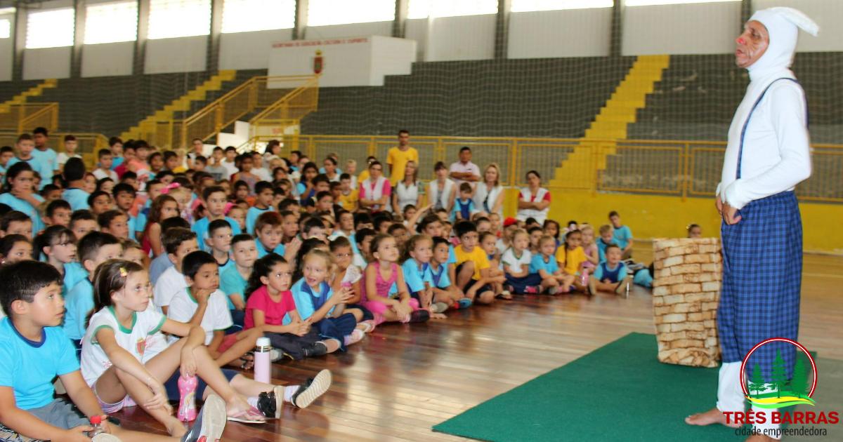 Apresentações de peça infantil reúnem mais de 1400 estudantes da rede municipal de ensino