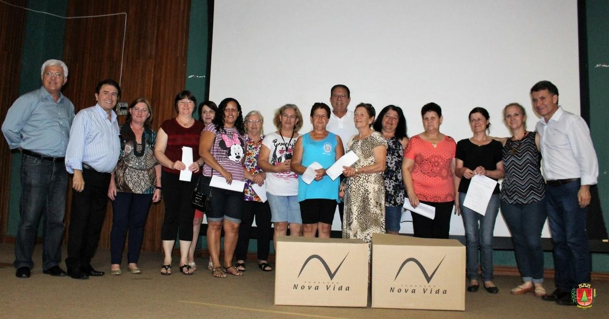 Clubes de mães e grupos da melhor idade recebem kits de artesanato da Fundação Nova Vida
