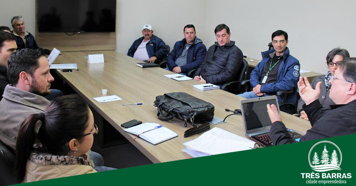 Compras governamentais pautam reunião com produtores rurais do município