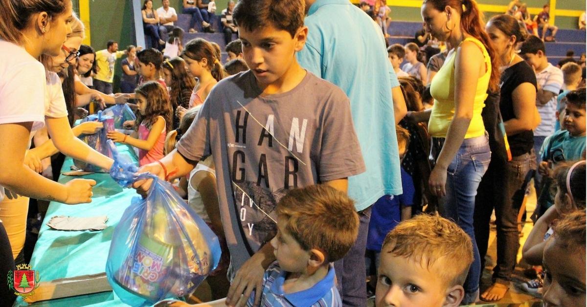Distribuição de presentes às crianças marca festividade natalina na Campininha