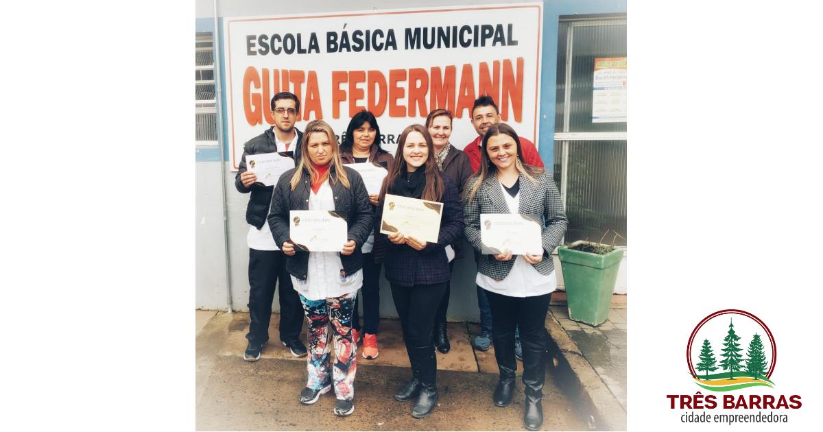 Educadores especiais recebem certificados por conclusão de curso de capacitação