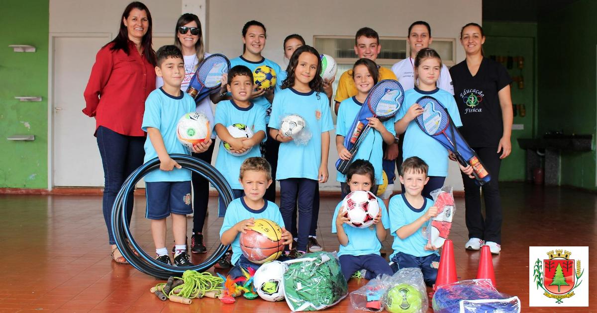 Escolas recebem kits de material esportivo para atividades físicas e recreação