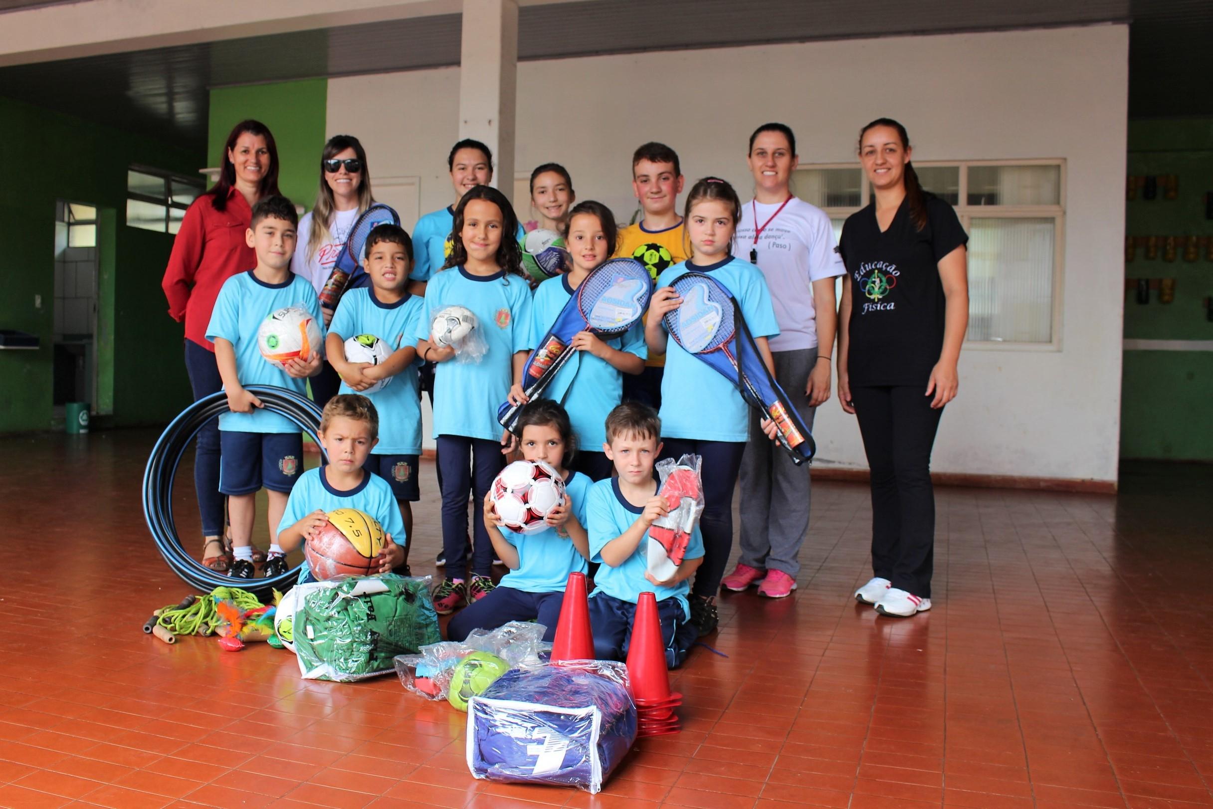 Escolas recebem kits de material esportivo para atividades físicas e ... 4256b09e67e64