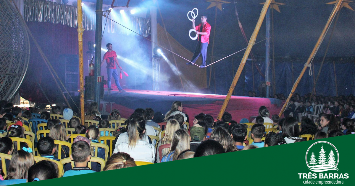 Espetáculos circense encantam alunos das redes municipal e estadual de ensino