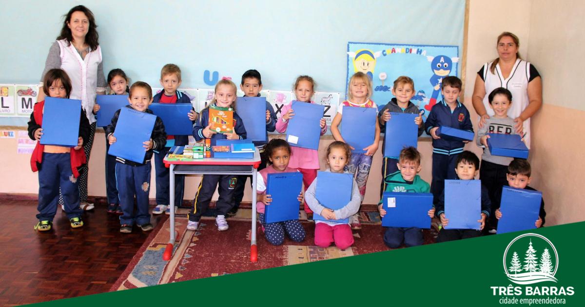 Estudantes da educação infantil começam a receber kits de material escolar
