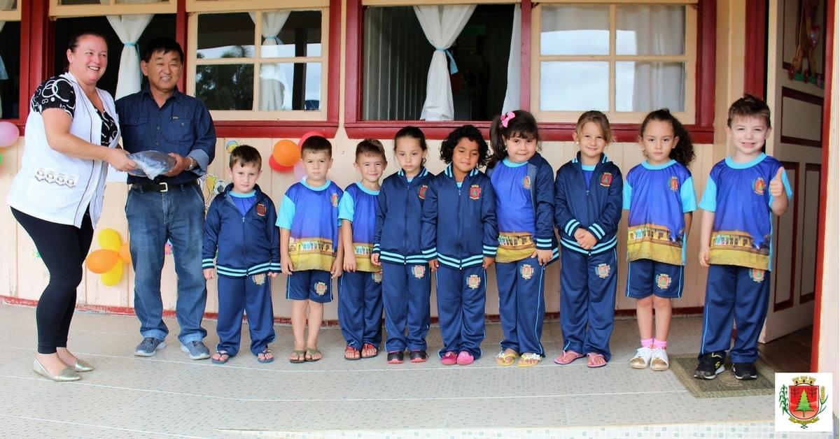 Estudantes da rede municipal recebem novos uniformes escolares