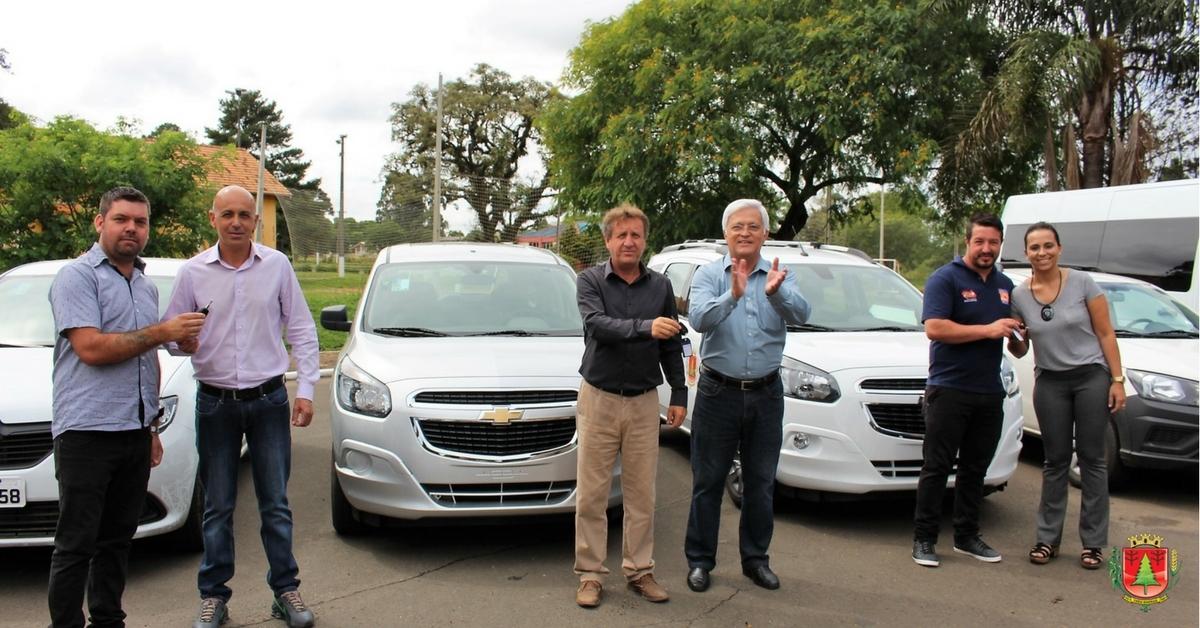 Governo de Três Barras entrega novos veículos para auxiliar no atendimento à população