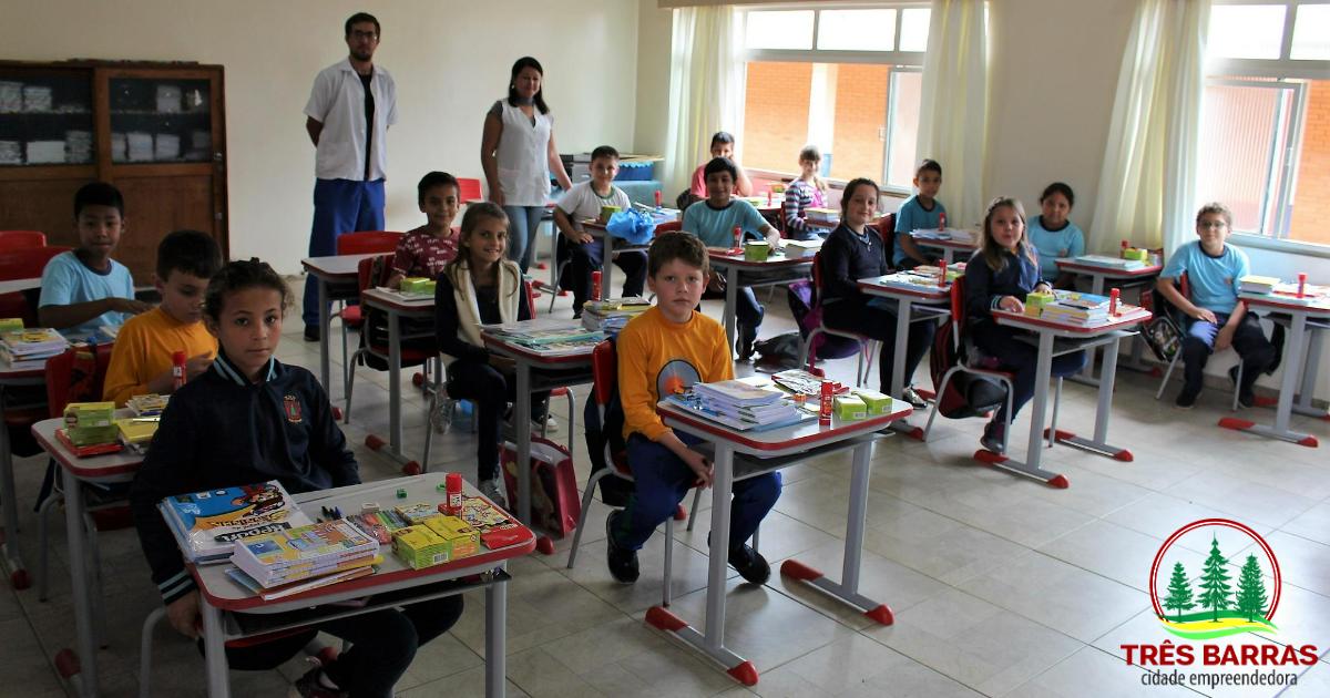 Kits de material escolar começam a ser entregues aos alunos do ensino fundamental