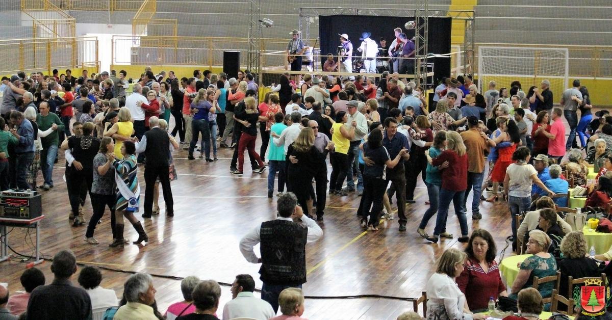 Mais de 600 pessoas participam do baile regional da melhor idade