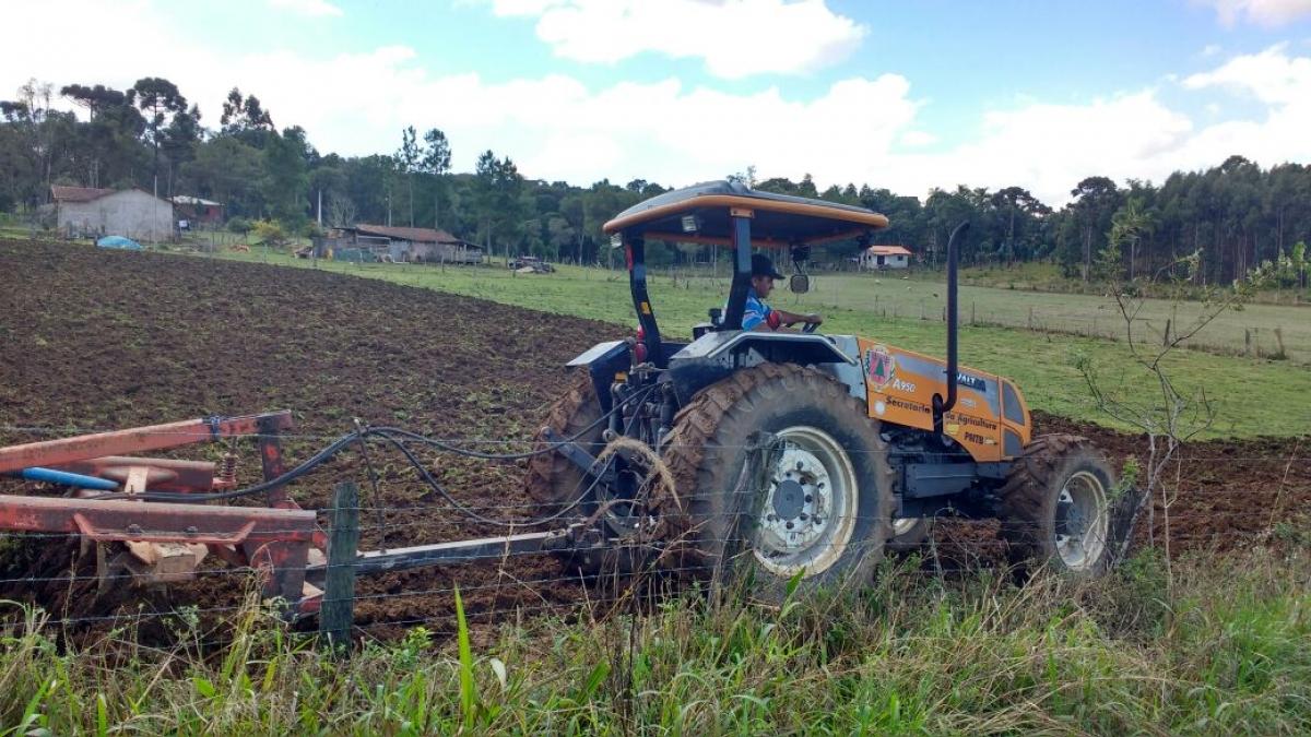 Maquinário da Agricultura tem auxiliado em serviços na cidade e no interior