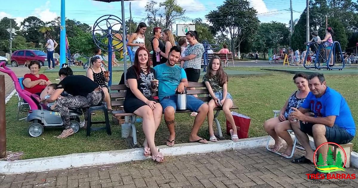 Matinê de Carnaval atrai crianças e famílias à praça central de Três Barras