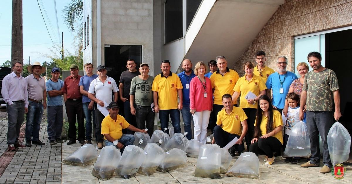 Município e Epagri entregam 15 mil alevinos a produtores rurais