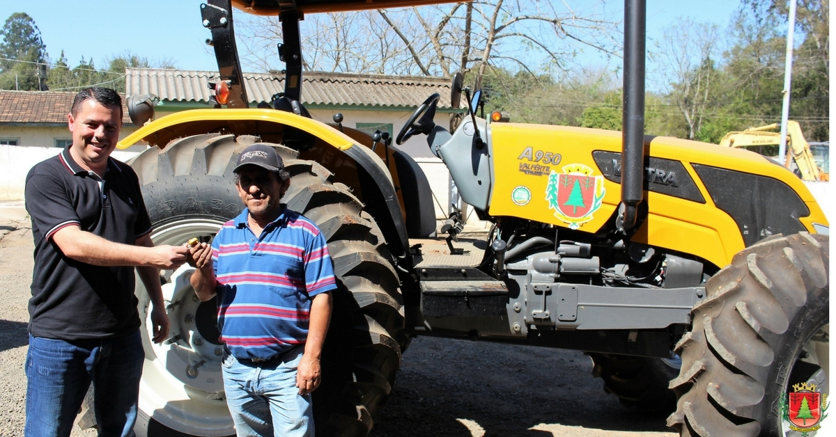 Novo trator da Agricultura vai reforçar atendimentos pelo Porteira Adentro