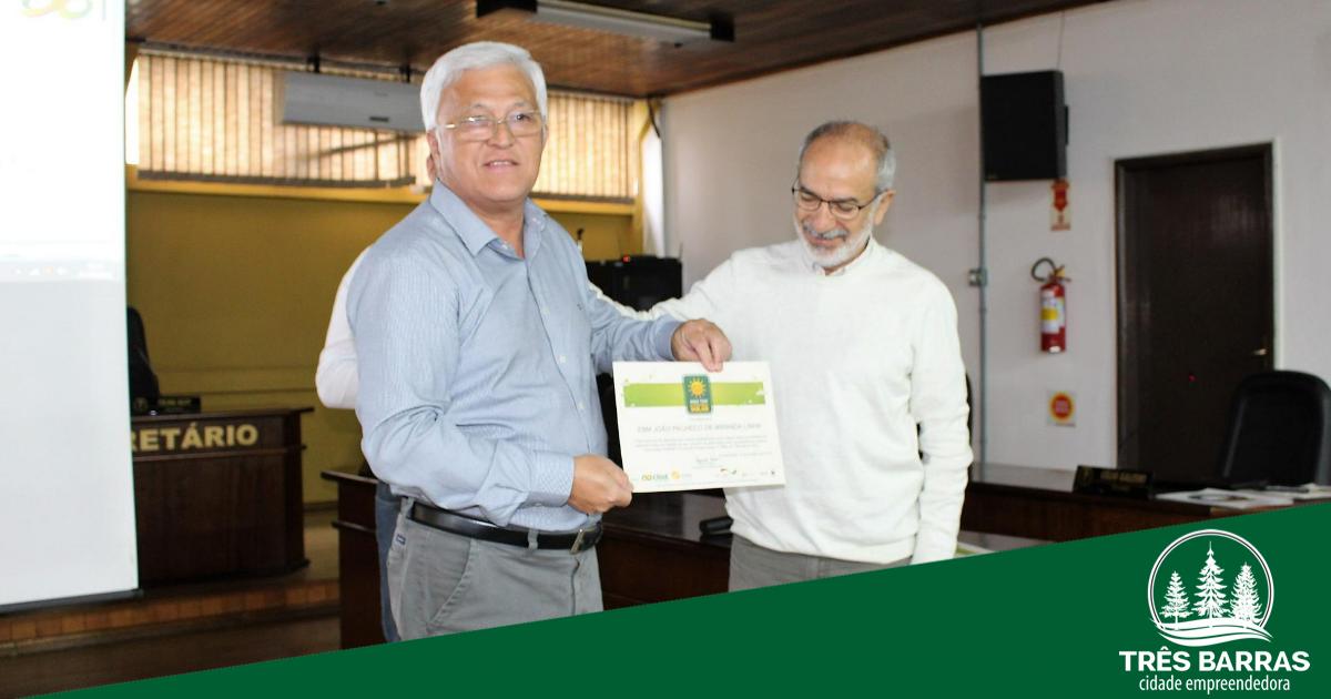 Prefeito recebe comenda por instalação de sistema de conversão de energia solar no Caic