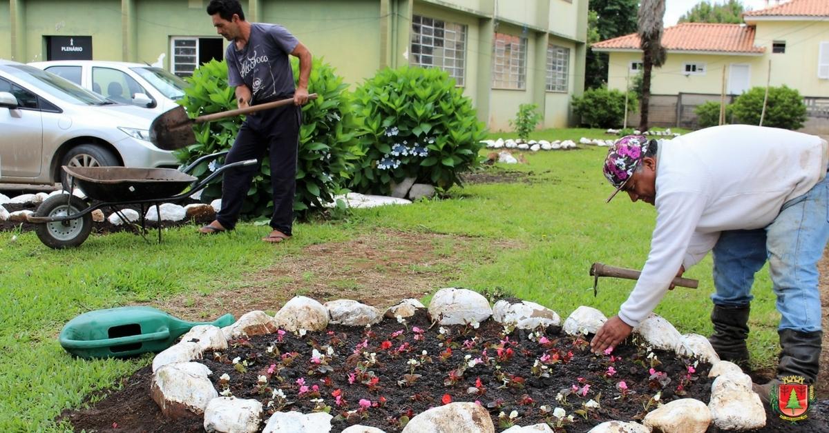 Região central da cidade recebe novas mudas de flores