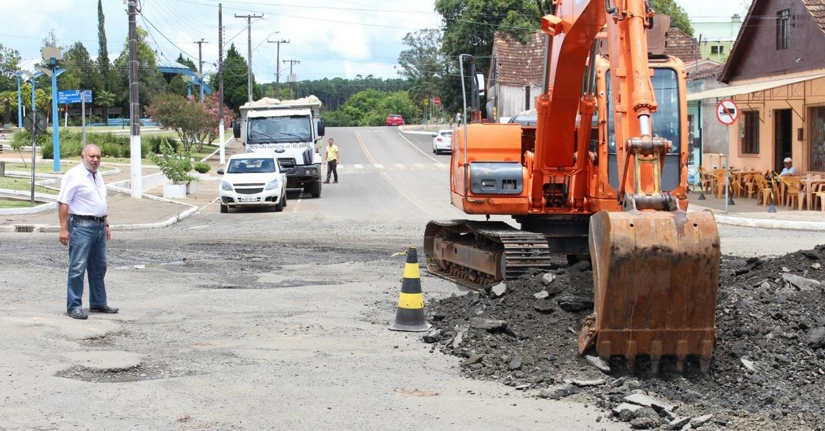 'Resto de asfalto' é retirado e compactado para garantir fluidez em entroncamento do centro
