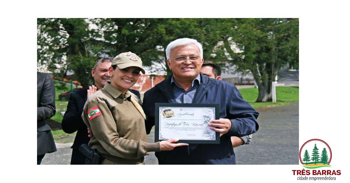 Shimoguiri recebe placa em forma de agradecimento ao apoio da Prefeitura às ações da PM