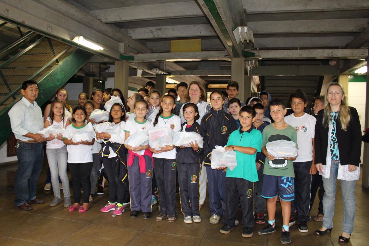 Três Barras inicia entrega de kits escolares aos alunos da rede municipal de ensino